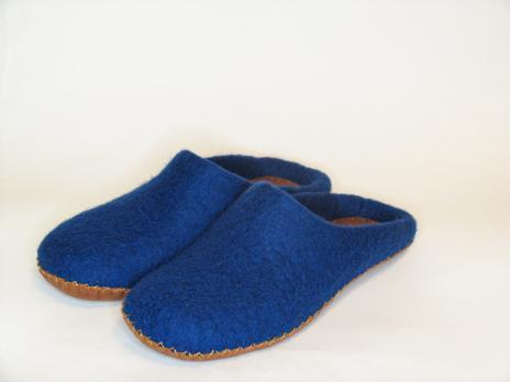 Валяные тапочки из новозеландской шерсти кардочес в синем цвете