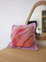 Валяная декоративная подушка в розовом цвете